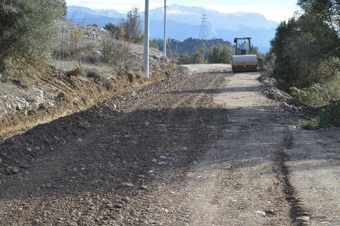 Büyükşehir, Manavgat mahalle yollarını asfaltlıyor