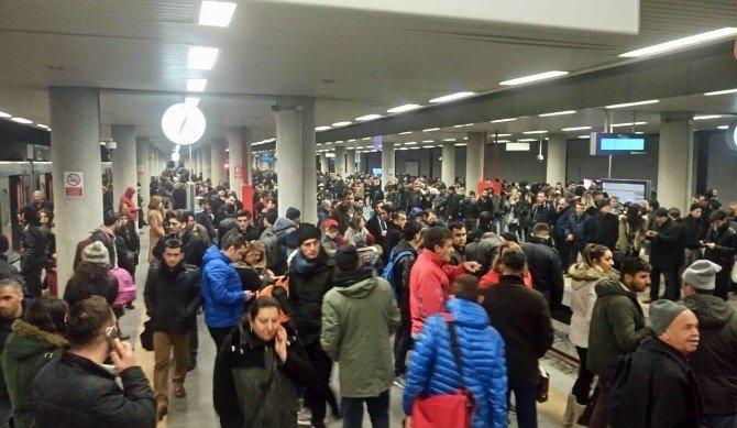 İstanbullulara mesai bitiminde metro şoku