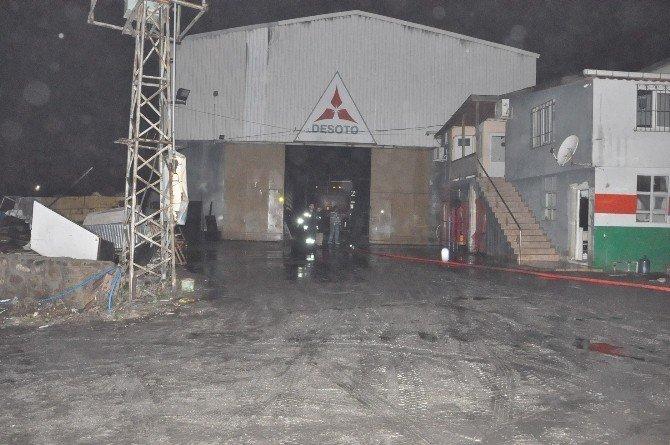 Branda fabrikasının çatısında çıkan yangına çok sayıda itfaiye müdahale etti