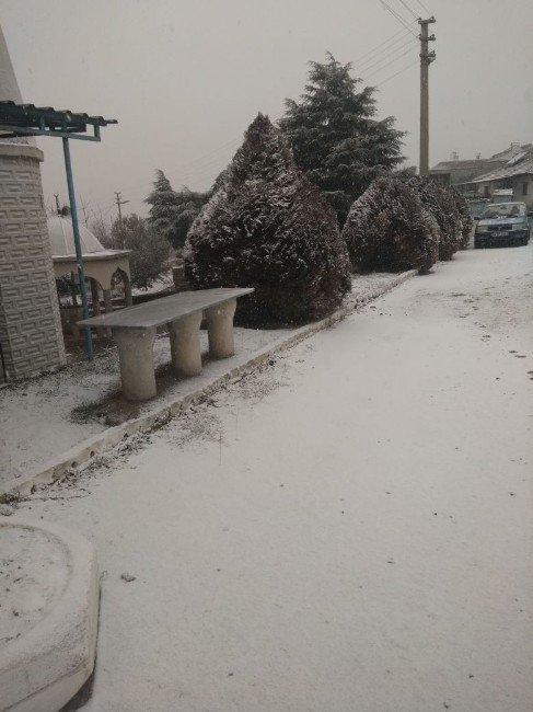 Salihli'de kar yağışı başladı