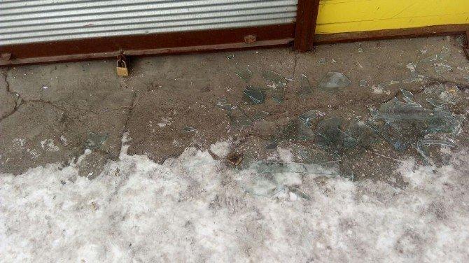 Camı kırdı, tüfek çaldı