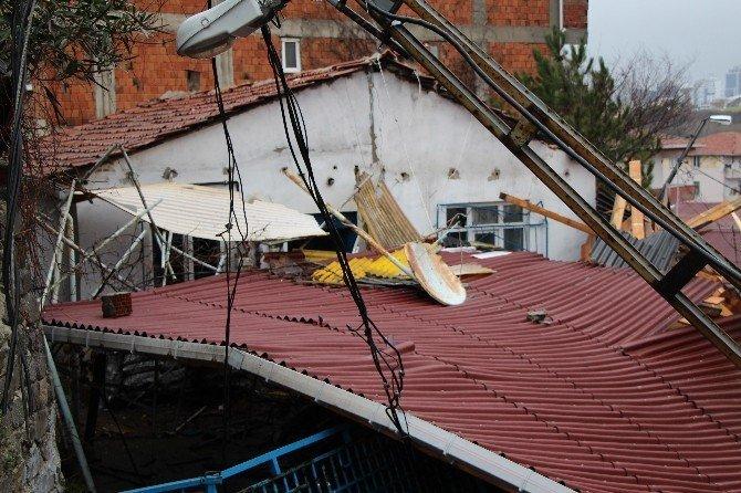 Sarıyer'de bir binanın çatısı başka bir evin bahçesine uçtu