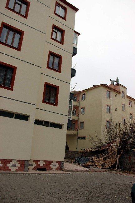 Şiddetli rüzgar çatıları uçurdu, camları kırdı