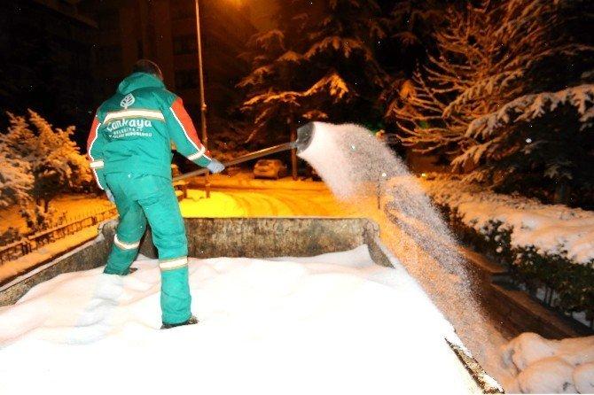Çankaya'da karla mücadele aralıksız sürüyor