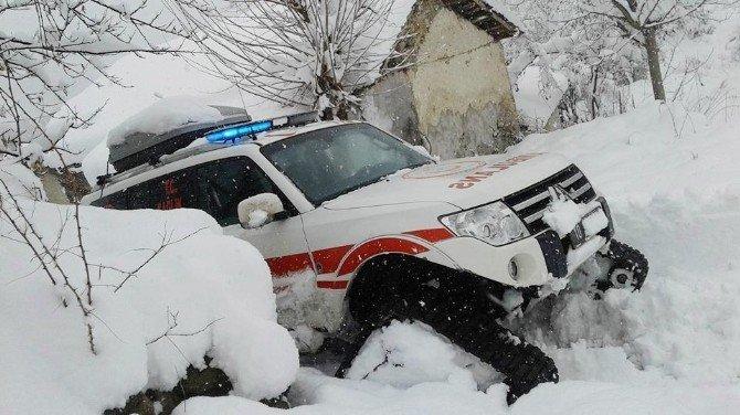 Hastalanan yaşlı kadın için karla kapanan yolu aştılar