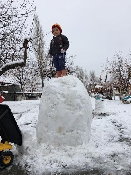 İlk kez karla tanışan çocuklar karın keyfini çıkardı