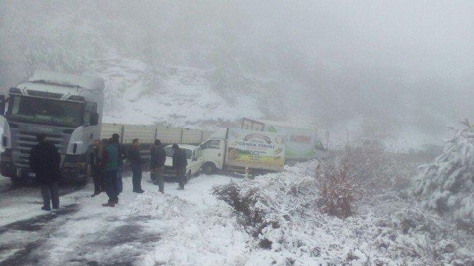 Kar nedeniyle yoldan çıkan araçlar uzun uğraşlar sonucu kurtarıldı