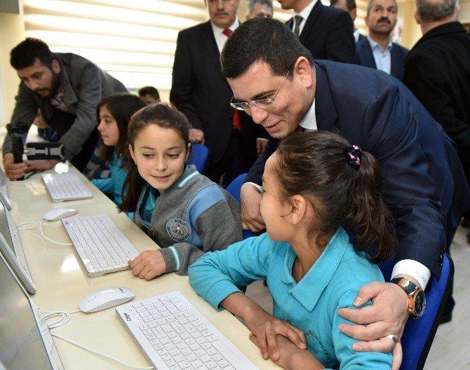 Kepez Kızıllı Ortaokulu'na bilgisayar sınıfı