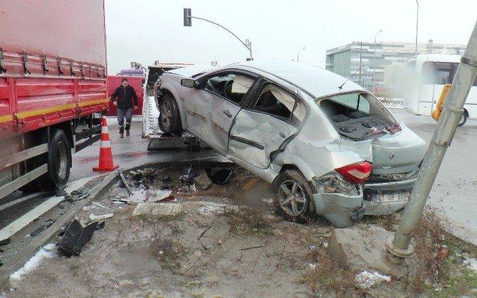Tali yoldan çıkan otomobil kamyona çarptı: 2 yaralı