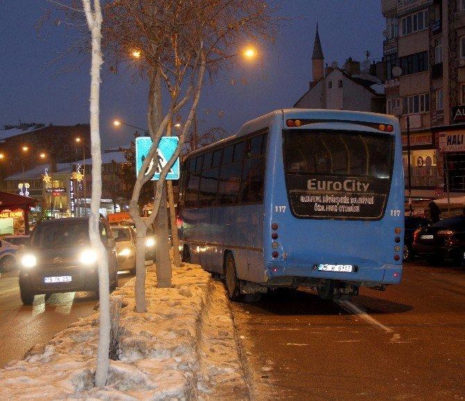 Freni patlayan otobüs, 3 araca çarptıktan sonra durabildi