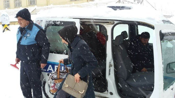 Kardan yollar kapanınca diyaliz hastalarını hastaneye belediye taşıdı
