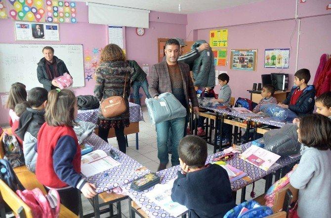 Ovacık'ta öğrencilere kışlık kıyafet yardımı