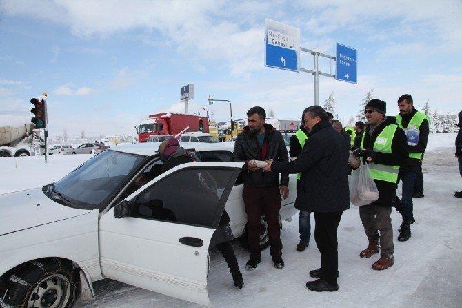 Seydişehir'de yolun açılmasını bekleyenlere kumanya ikramı
