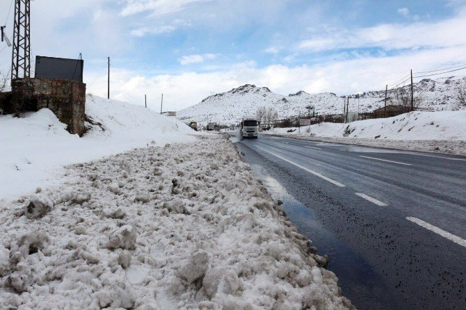 Köylüler su sıkıntısını karları eriterek gideriyor