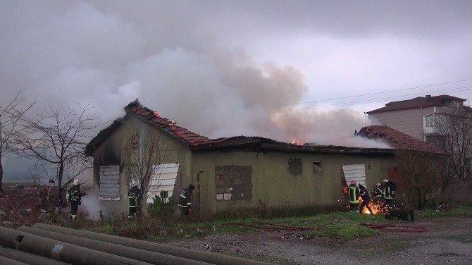 Kullanılmayan tek katlı bina alev alev yandı