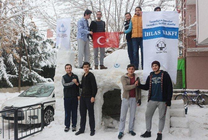 Üniversite öğrencileri kardan cami yaptı