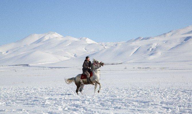 Erzurum'da kar üzerinde cirit