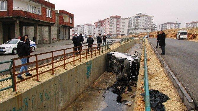 Minibüs su kanalına uçtu: 7 yaralı