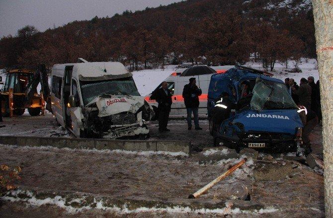 Askeri araç ve yolcu minibüsü çarpıştı: 2 şehit, 10 yaralı