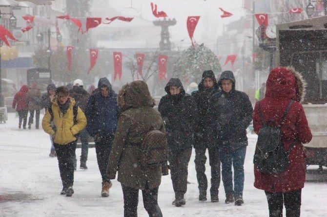 Edirne'de eğitime ve kamuya 'kar' engeli