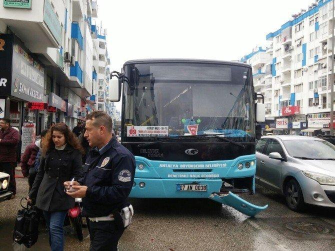 (Özel Haber) Halk otobüsü ile çarpışan otomobil iş yerine girdi