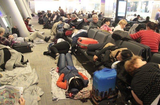 Terminalde mahsur kalan yolcular battaniyelere sarılarak uyudu