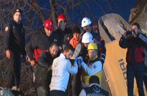 Bina çöktü, operatör enkaz altında kaldı