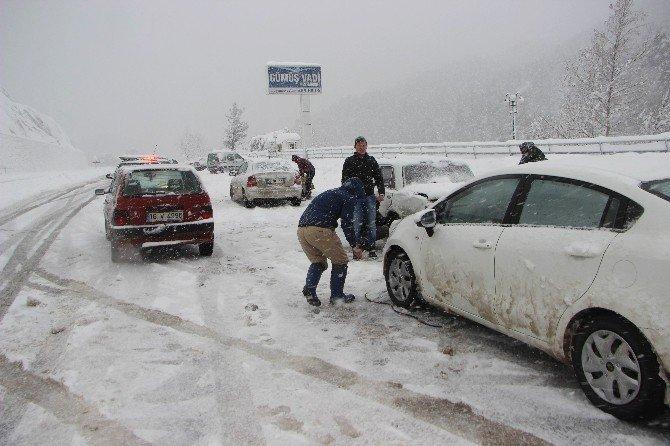 Bursa'da kar yolları kapadı