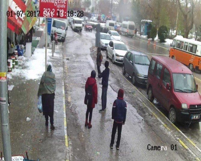 Vatandaşlar düşen kar kütlesinden son anda kurtuldu