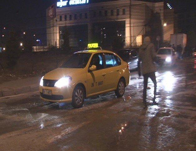 Yollar buz tuttu, 7 araç birbirine girdi