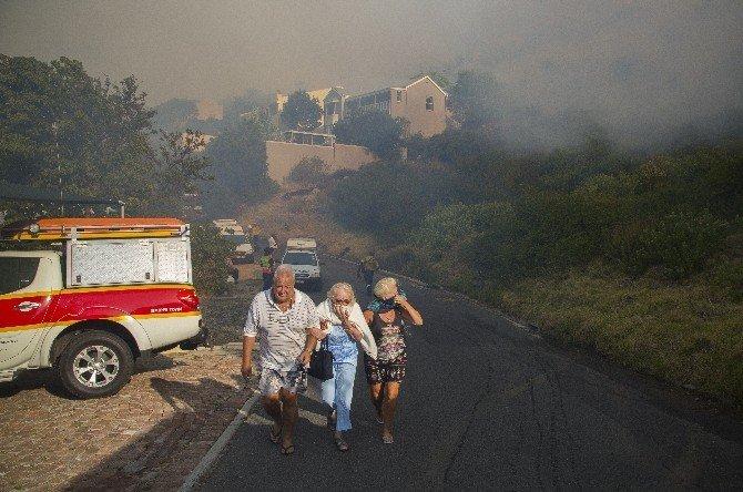 Güney Afrika'da Ümit Burnu'ndaki yangın söndürülemiyor