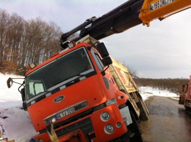 Kar kürüme ve tuzlama aracı kaza yaptı: 1 yaralı