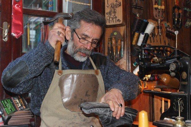 Ayakkabı tamircisi iş yerini müzeye çevirdi