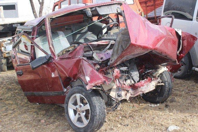Otomobil ile hafif ticari araç kafa kafaya çarpıştı: 3 ölü, 5 yaralı