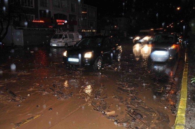 Çanakkale'de etkili olan yağmur su baskınlarına neden oldu