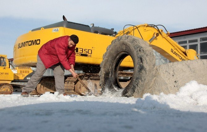 Kanalizasyon suyunun bastığı sanayi sitesi buz tuttu