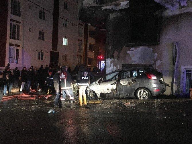 Park halinde bulunan iki otomobil alev alev yandı
