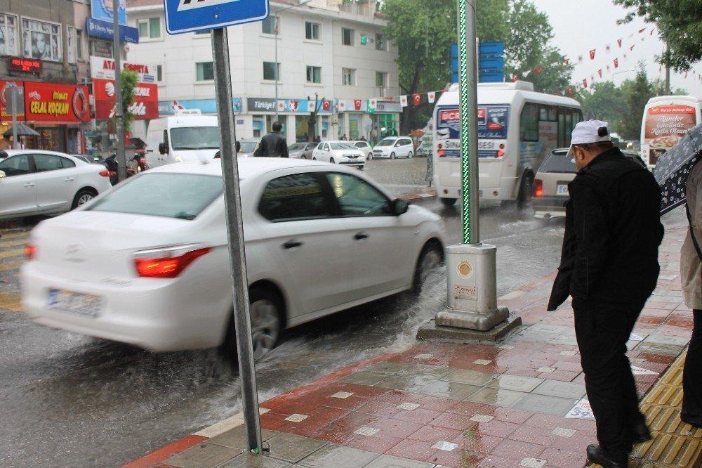 Afyonkarahisar'da aniden bastıran yağmur hayatı olumsuz etkiledi