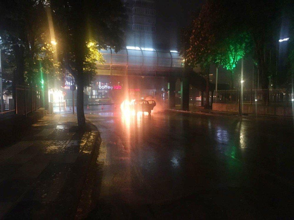 Başkent'te seyir halindeki otomobil alev alev yandı
