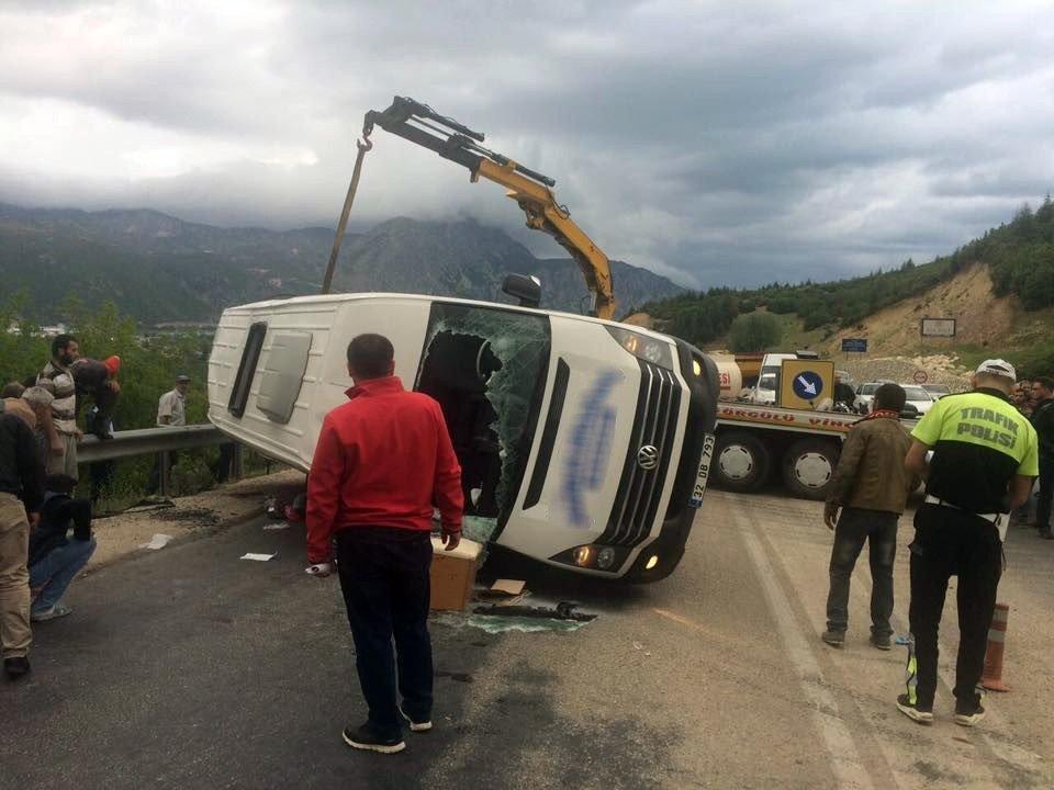 Isparta'da yolcu minibüsü ile kamyon çarpıştı: 18 yaralı