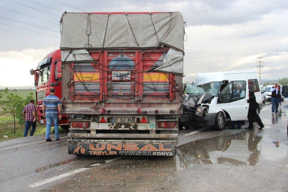 Kontrolden çıkan tır karşı şeride geçerek minibüse çarptı: 11 yaralı