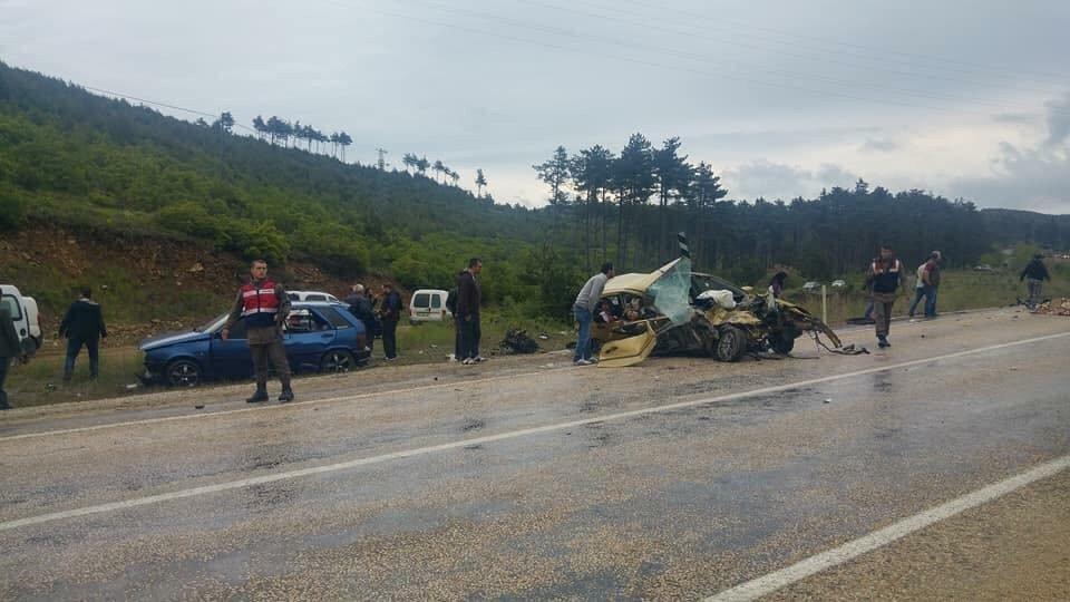 Bursa'da midibüs ile otomobil çarpıştı: Ölü ve yaralılar var