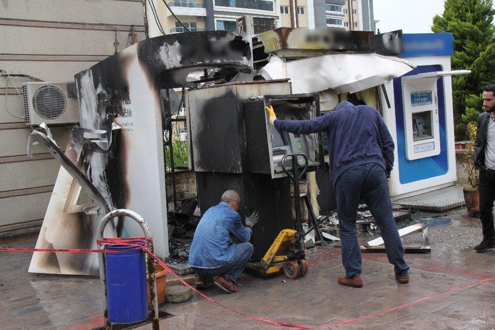 İçinde 300 bin TL olan 2 ATM alev alev yandı