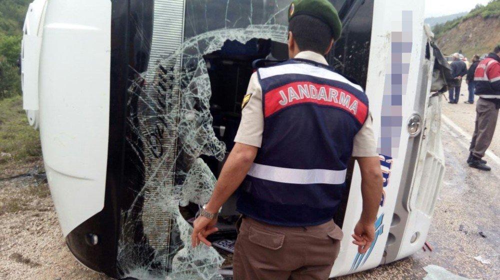 Midibüs ile otomobil çarpıştı: 3 ölü