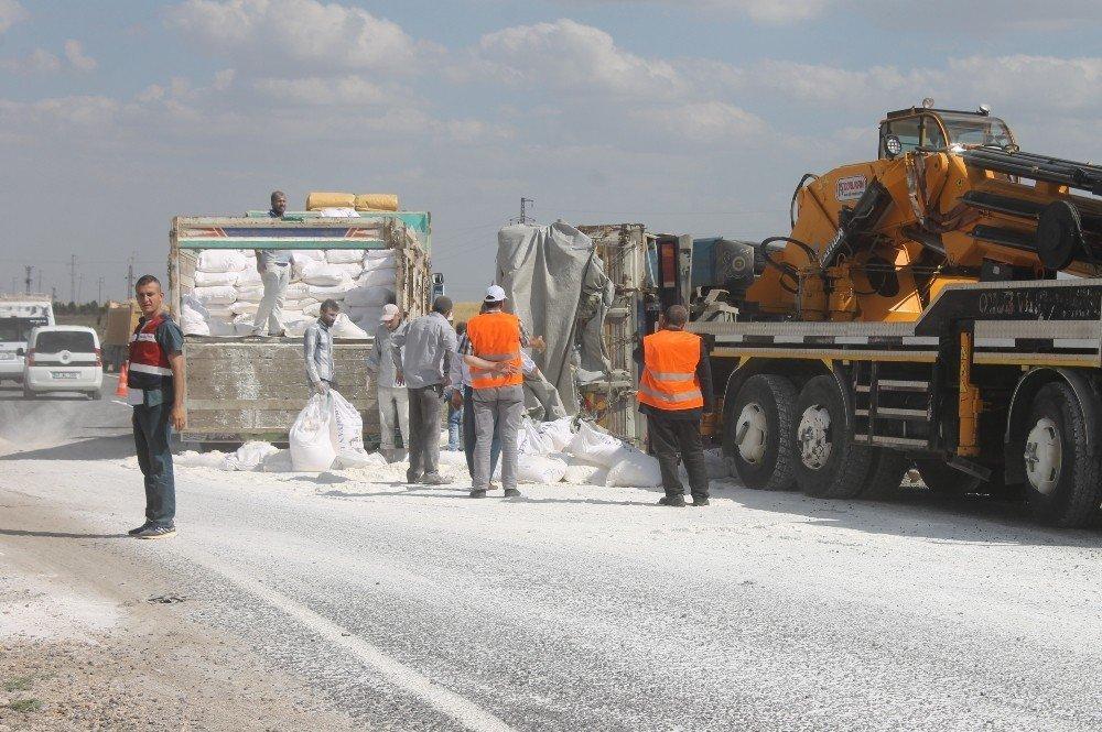 Mardin'de un yüklü kamyon devrildi