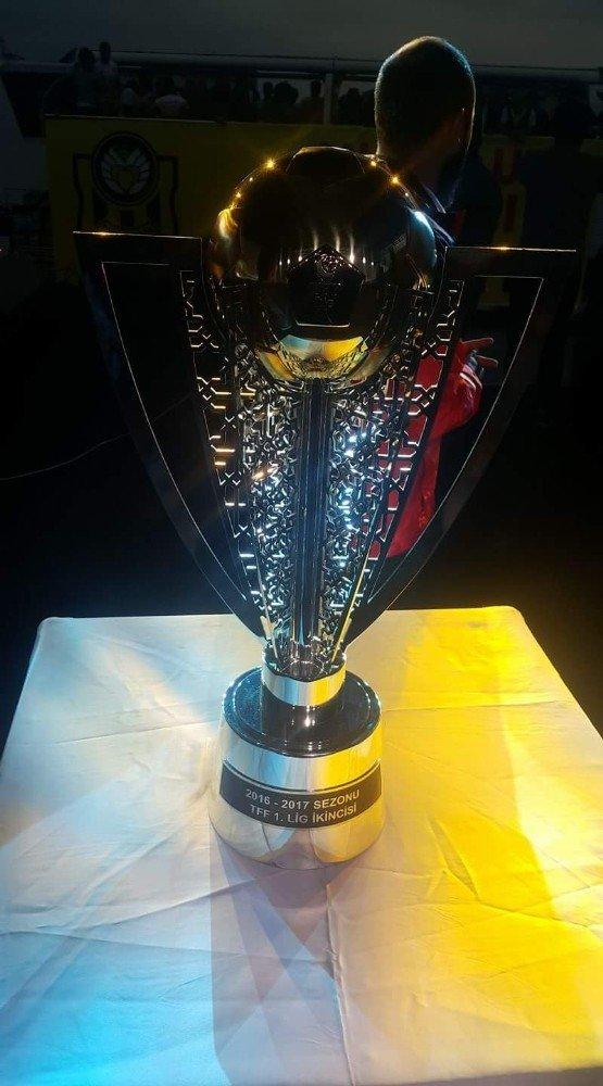 Yeni Malatyaspor düzenlenen törenle kupasını aldı