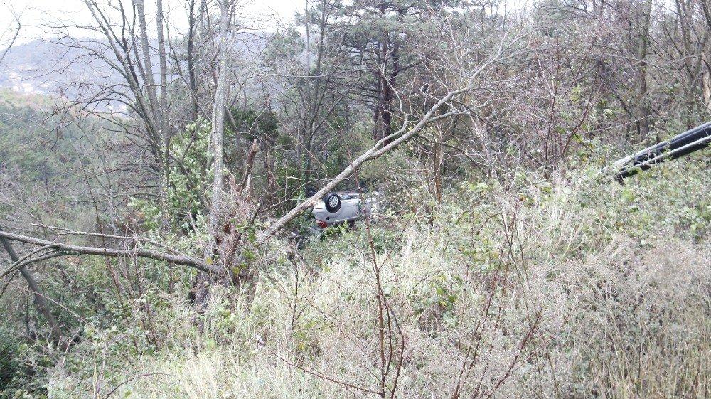 Uçuruma yuvarlanan arabadan burunları bile kanamadan çıktılar