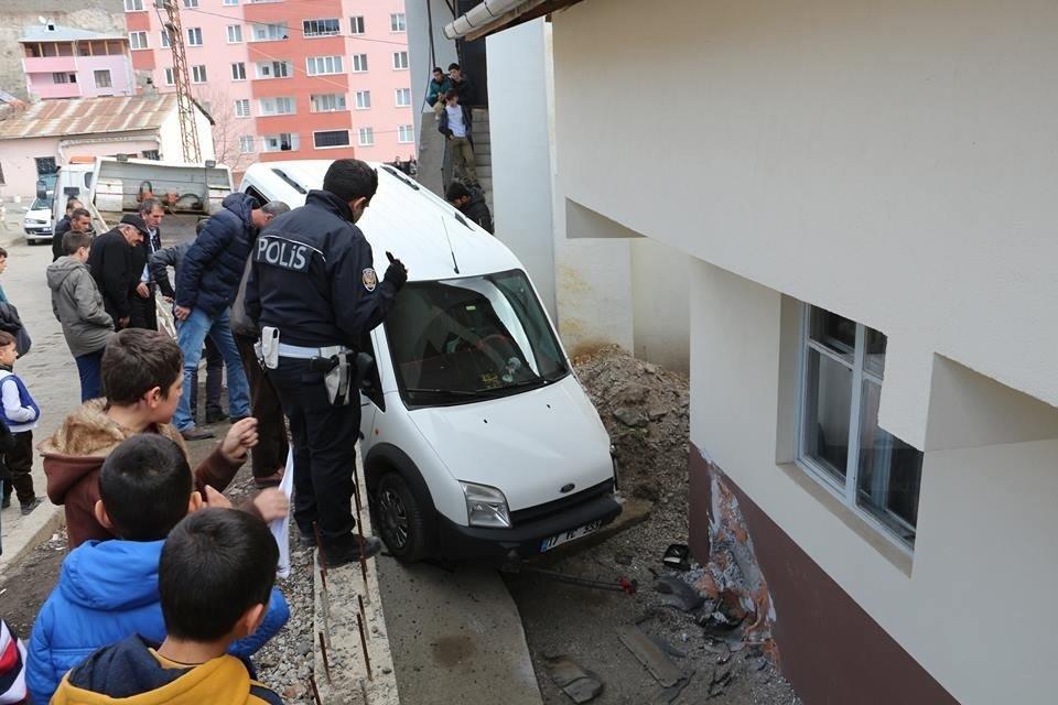 Direksiyon Hakimiyetini Kaybetti, Bahçe Duvarından Aşağı Düştü ile ilgili görsel sonucu
