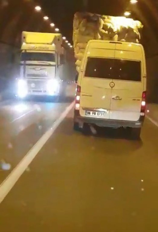 Saman yüklü kamyon tünelde trafiği tehlikeye soktu