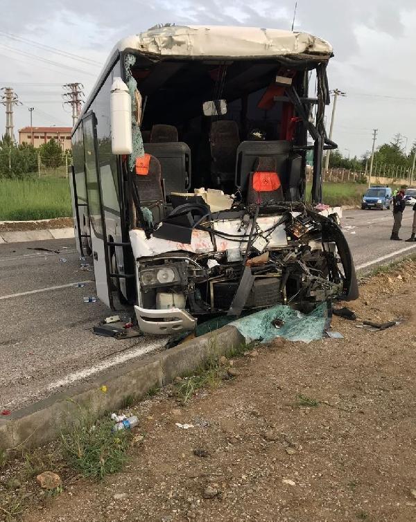 Konya'da tur otobüsü, park halindeki TIR'a çarp